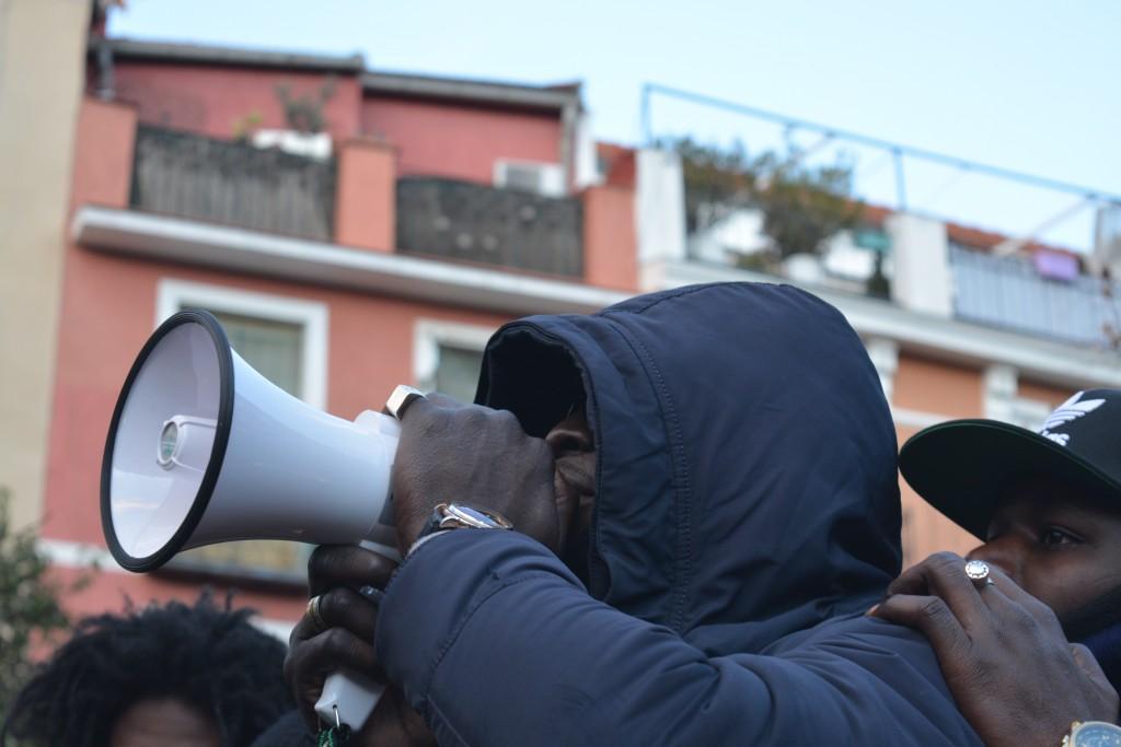 Uno de los portavoces de los manteros se dirige a la multitud