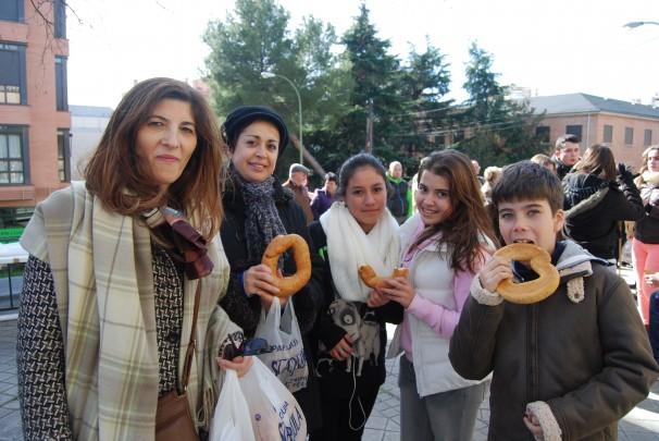 Carmen y una amiga, junto a sus hijos, con el pan de San Blas