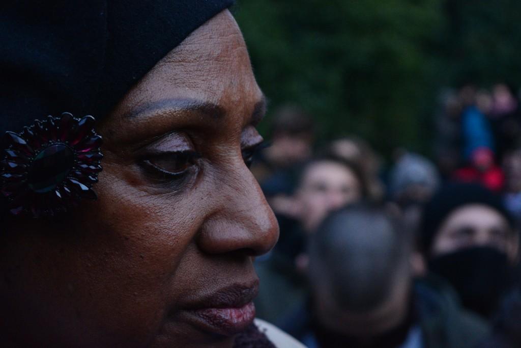 Laura Victoria, la única mujer que tomó el megáfono y habló a los asistentes citando a Martin Luther King