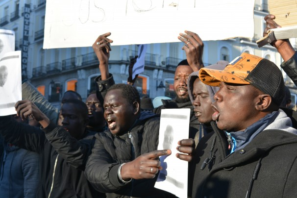 Un grupo de senegaleses muestra un retrato del mantero fallecido. FOTO: Daniel Caballero