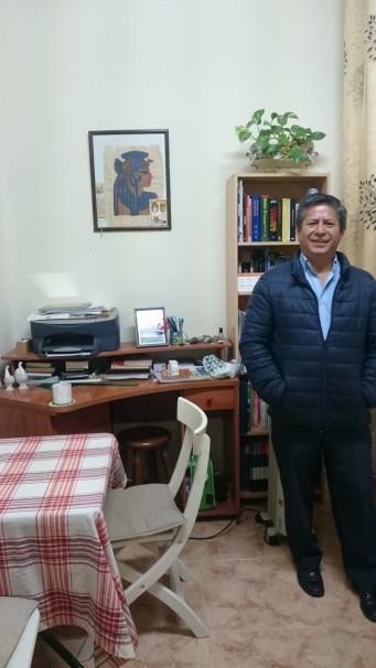 Nelson Cascas en el salón de su vivienda. Foto: Javier Arias