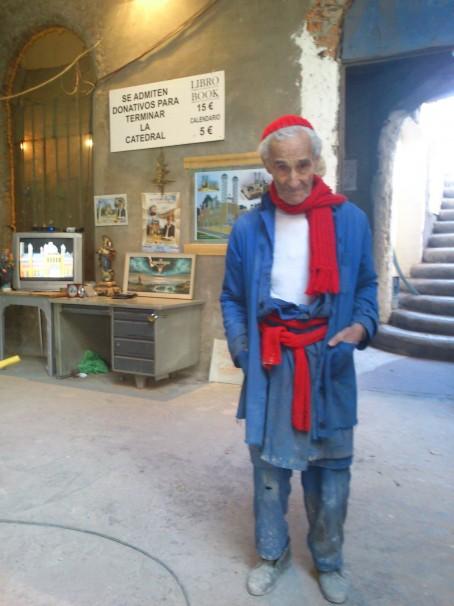 Justo Gallego posando en su catedral. Foto: C.C.