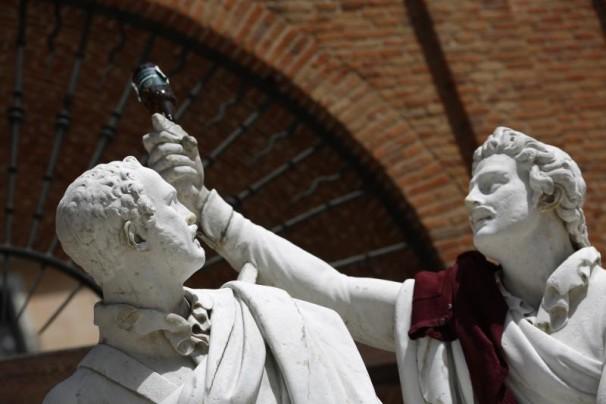La estatua de Daoíz y Velarde coronada por una lata de cerveza Foto: José Ramón Ladra