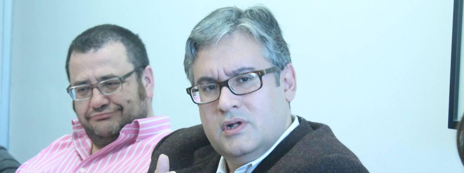El escritor Juan Manuel de Prada mira a la cámara en un momento de su alocución. Fotos: Cristina Sánchez