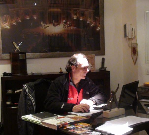 El esgrimista Jesús Esperanza en su despacho de la Escuela de Esgrima. Foto:Joaquín Soto