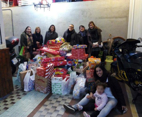 Un nutrido grupo de elfos posa con los regalos. Foto: Elfos y calcetines