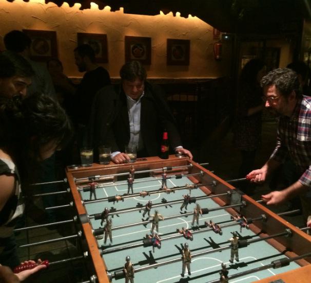 Partida de futbolín en el bar El Edén. Foto: R. M.