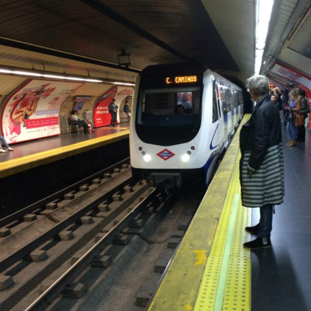 Varias personas esperan en el andén la llegada del tren. Foto: R. M. F.