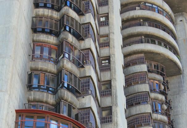 Detalla de las terrazas y ventanas de Torres Blancas. Foto: AB