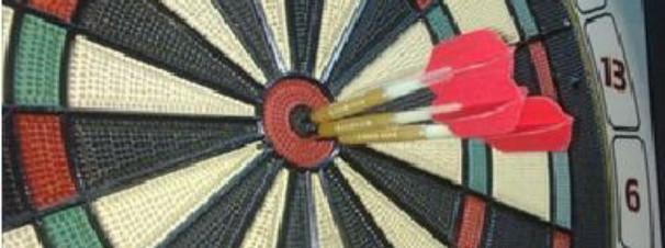 Diana electrónica con tres dardos en el centro