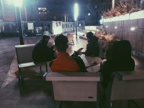 Cuatro residentes del CACYS en el centro comercial de Arturo Soria. Foto: Cris de Quiroga