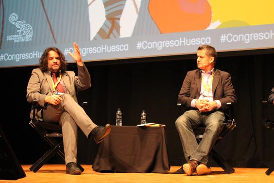 Giles Tremlett con el moderador Pere Rusiñol. Foto: Lys Arango