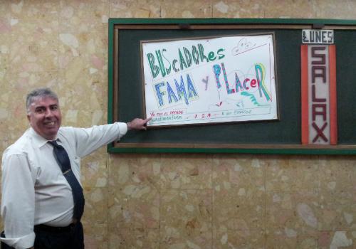 Rafa Sánchez enseña uno de los 400 carteles que ha hecho para promocionar las películas X. FOTO: B.F.R.