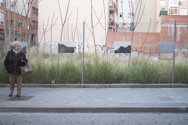 Una vecina de Tetuán delante de la exposición Foto: Cynthia Estébanez