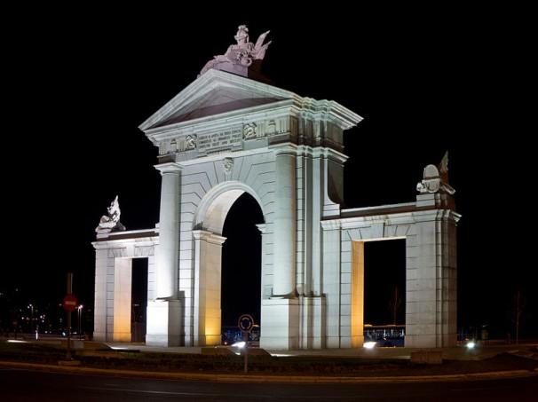La Puerta de San Vicente, iluminada en la noche