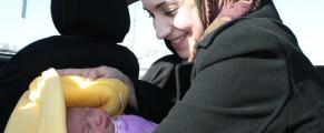Rania es palestina. Acaba de cruzar el checkpoint entre Jerusalén y Ramala. Enseña a su recién nacida a su marido en el asiento de atrás de un coche. Foto: I.M.B