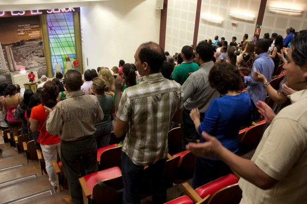fieles rezando en una de las reuniones. Foto facilitada por Walber Barboza