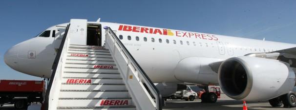 Pasarela de entrada a un avión de Iberia Express