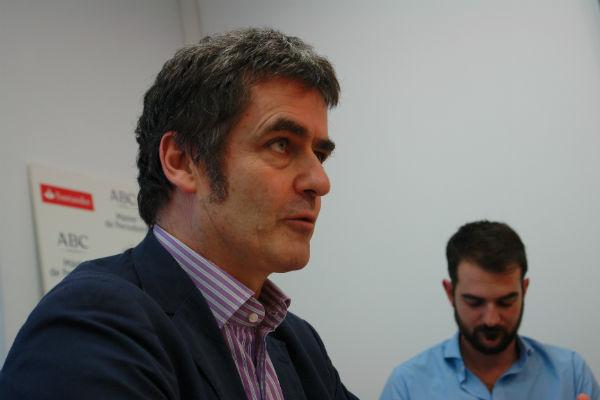 El periodista británico en su visita a los estudiantes del Máster-ABC. FOTO: J.T.
