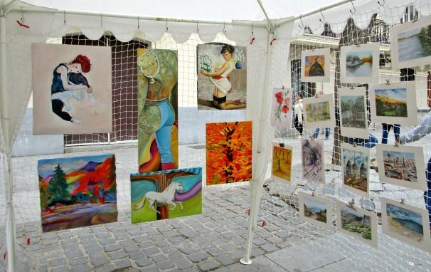 Una de las casetas de la Plaza del Conde de Barajas con obras de Noemí Pérez. Fotos: L.M.