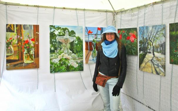 La pintora Victoria Olson en su estand de la Plaza del Conde de Barajas