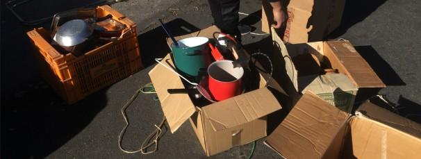 Objetos llevados al punto limpio que toman los chatarreros. Foto GP