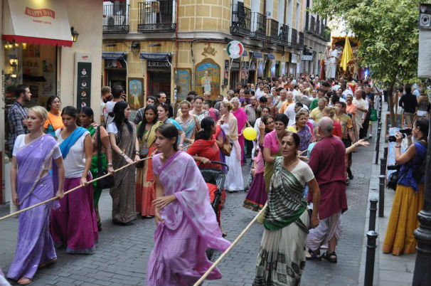 Hare Krishnas bailando en Malasaña. Foto: ISKCON MADRID