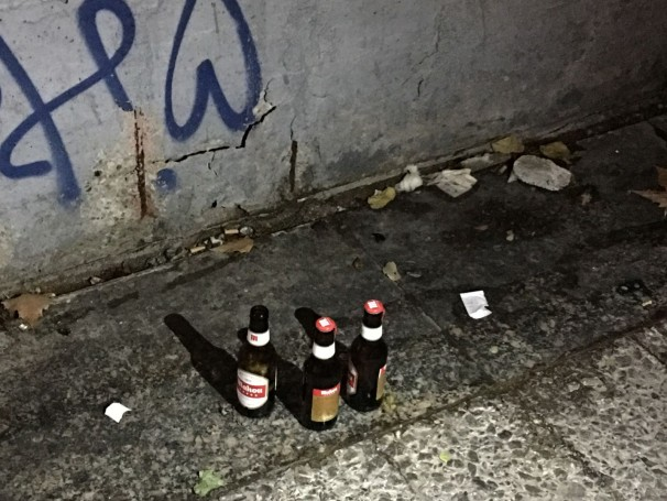 Botellas de cerveza en el suelo de las galerías