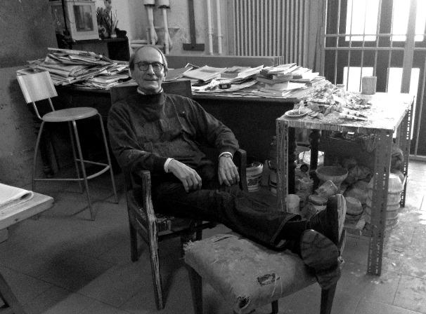 El pintor Giorgio Griffa en su estudio de Milán