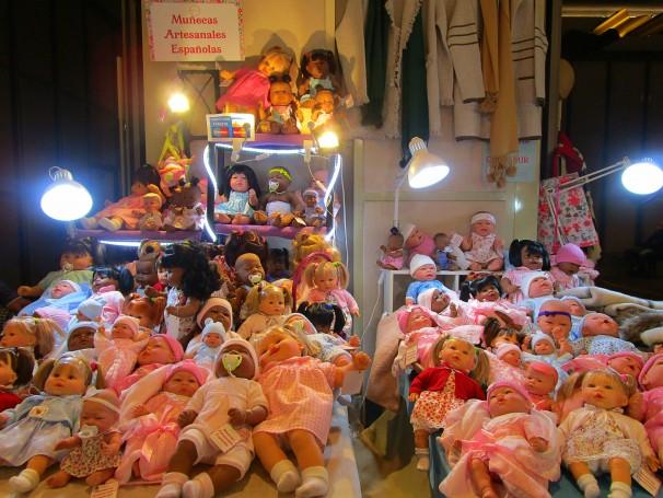 Expositor de muñecas en el Mercadillo del Gato