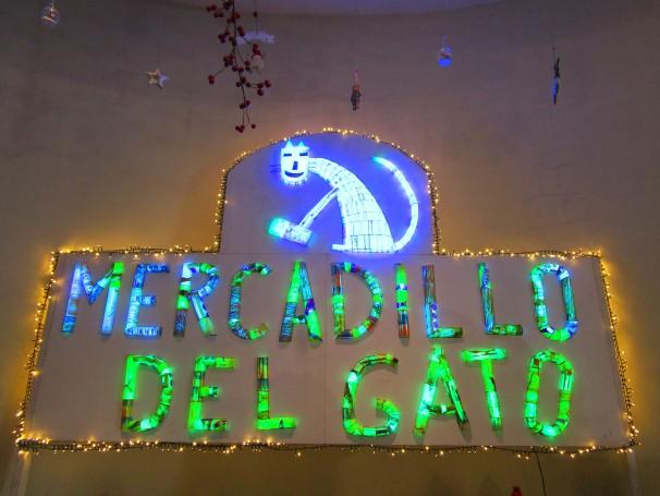 Cartel luminoso situado en la entrada al Mercadillo del Gato (Madrid)
