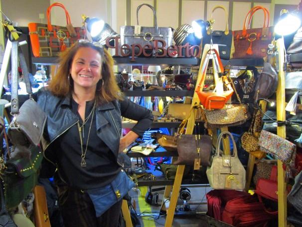Rosalía Fernández posa en su stand de bolsos en el Mercadillo del Gato