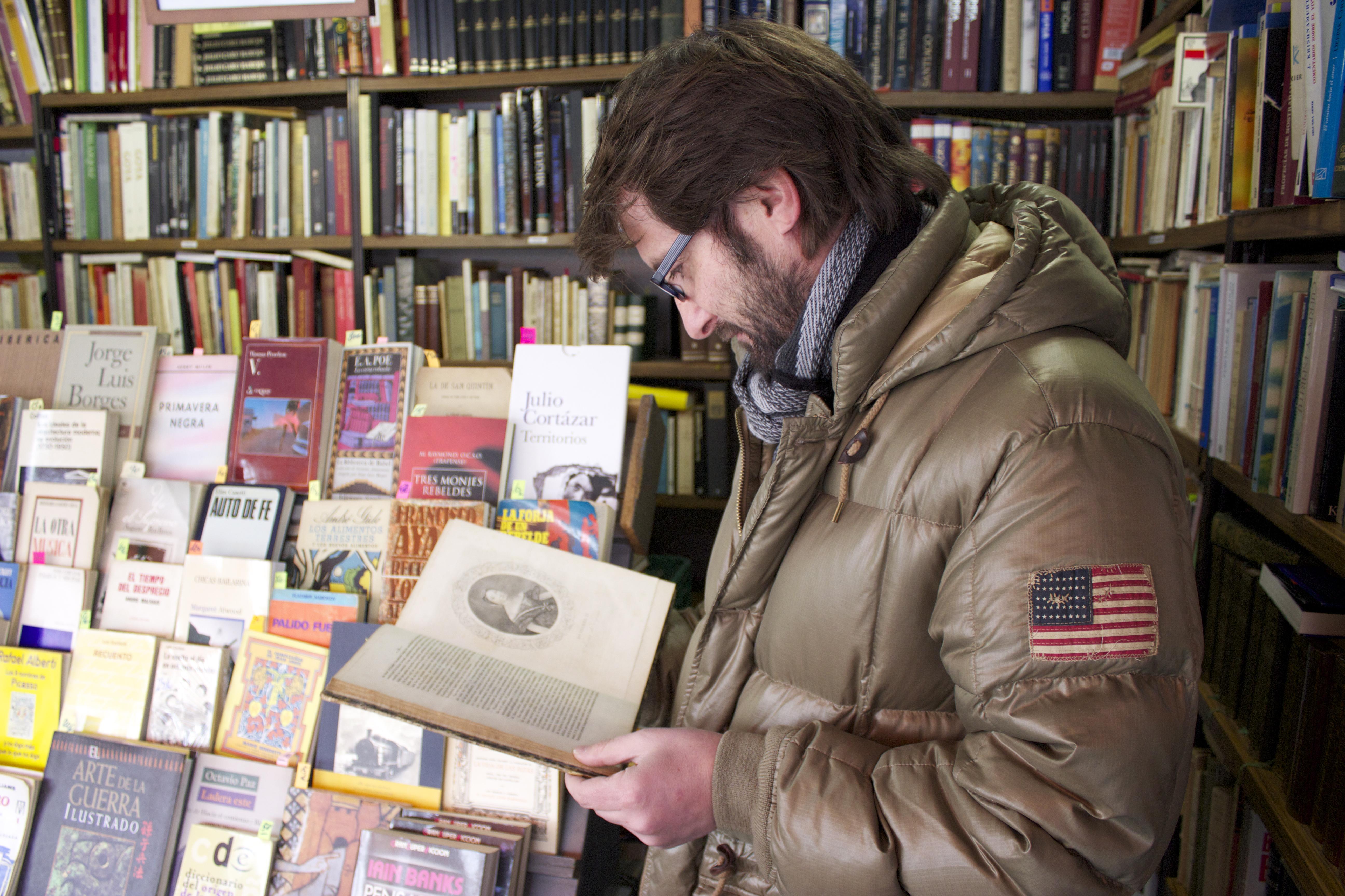 Carlos ojea un libro de 350 euros y más de 150 años de antiguedad