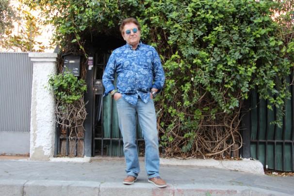 Fernando Caballero, presidente de la Asociación de Vecinos Hotelitos–Colonia San Vicente, delante de su casa de la calle Forment. Foto: M. Ruiz de Arcaute