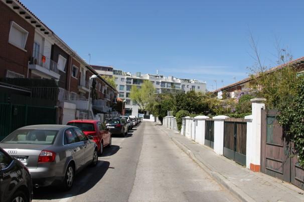 Vista general de la calle Forment, en cuyas casas se alojaron los militares con sus familias a lo largo de los años 60 y 70. Foto: M. Ruiz de Arcaute