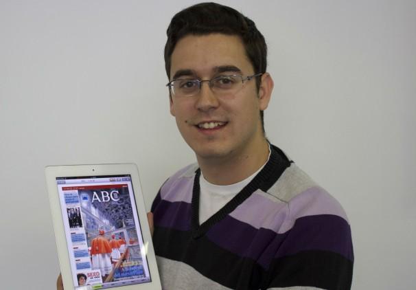 Juan Antonio Pérez, redactor de Madrilánea, con la aplicación de Kiosko y Más que permite leer el ABC en tu tableta. Foto: V.R.A