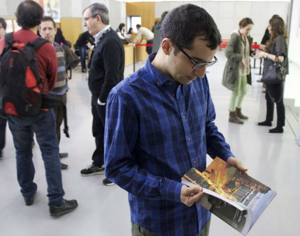 Óscar hojea un ejemplar de la revista Líbero después de participar en la mesa de periodismo emprendedor. Foto: V.R.A