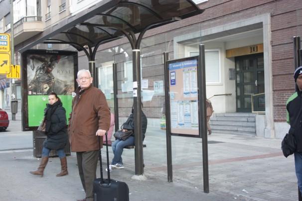 Un pasajero espera la llegada del bus para ir al aeropuerto