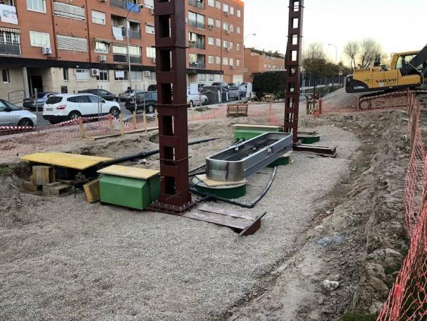 Los pilares de la futura marquesina, junto a la zona en la que se ubicarán los surtidores. Bajo los tablones de madera, las bombas para extraer los combustibles del enterrado depósito
