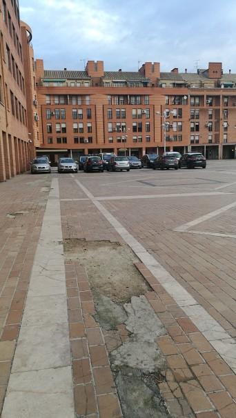 Coches policiales ocupan parte del espacio público en la Plaza de la Remonta