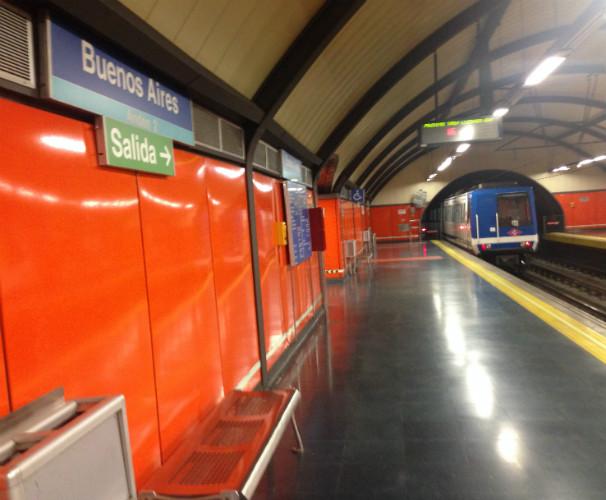 Un vagón de metro pasa por la estación de Buenos Aires. Foto: C.Q.C.