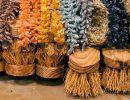 Conjunto de cepillos artesanales de colores. Foto: Patricia Balbontín