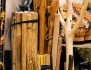 Bastones, varas y barricas de madera. Foto: Patricia Balbontín
