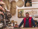 Juan Sánchez en el interior de su tienda de espartería, en el barrio La Latina. Foto: Patricia Balbontín