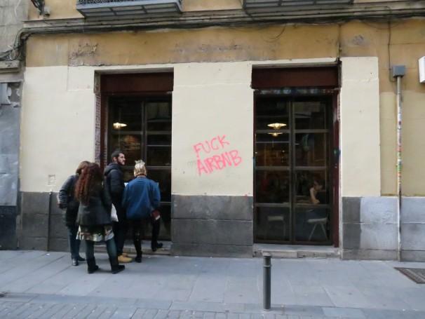 Los residentes de Lavapiés protestan contra el exceso de pisos turísticos en el barrio (Foto: Camila Alvarenga)