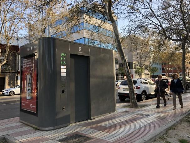 El baño ubicado incorrectamente en la calle Alcalá, que fue aprobada en los Presupuestos Participativos de 2016 para el distrito de San Blas–Canillejas, con el código de gasto 1236 y que costó 10.000 euros