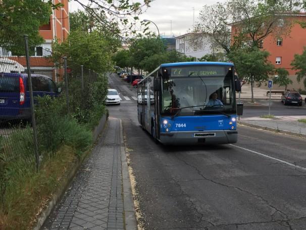 La única línea de autobús que recorre el distrito, la 77