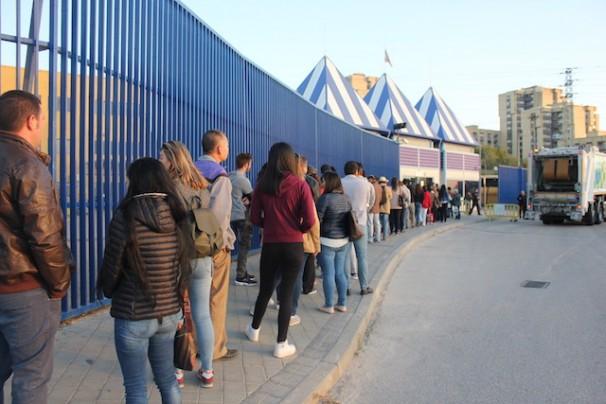 Inmigrantes haciendo fila ante la Oficina de Extranjería de Aluche