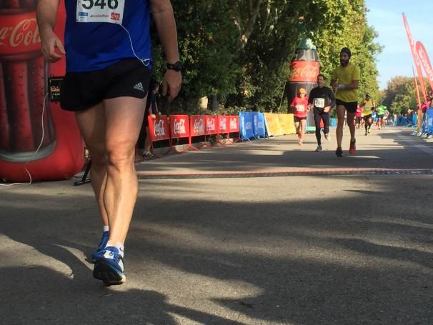 Un corredor cruza la meta de la Carrera Popular del Distrito de Retiro. Foto: Esther Blanco.