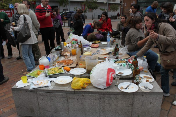 Los vecinos de Tetuán haciendo una comida en el barrio antes de ir a la manifestación